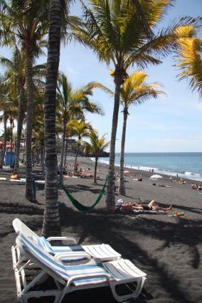 Strand mit schwarzem Vulkansand auf La Palma